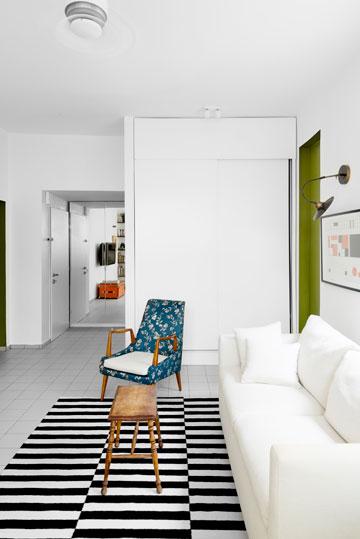 אחרי: ארון גדול ולבן במקום המטבח, אריחים בהירים במקום פרקט למינציה ומראה שמוסיפה עומק (צילום: גדעון לוין,181 מעלות )