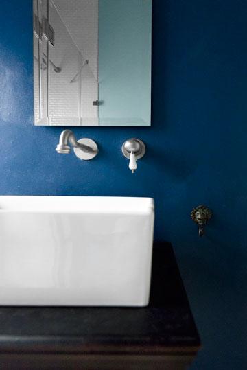 צבעים עמוקים ומרשימים, גם בחדר רחצה קטן (צילום: גדעון לוין,181 מעלות )