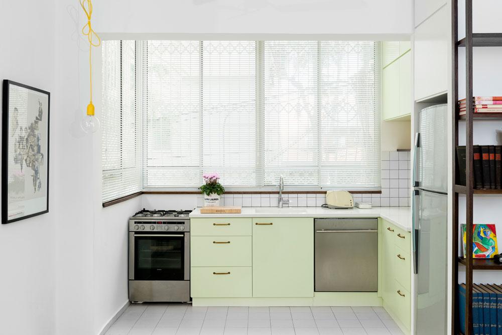 בזכות הצבעים והחומרים הפכה הדירה הישנה לרעננה ונעימה. תקציב השיפוץ הסתכם כאן ב-100 אלף שקלים בלבד (צילום: גדעון לוין,181 מעלות )