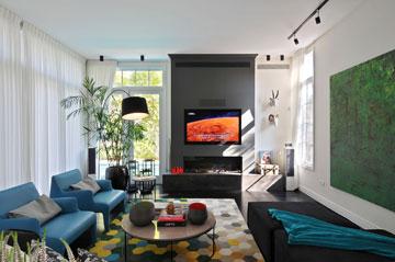 הסלון עם וילונות מוסטים (צילום: שי אדם)