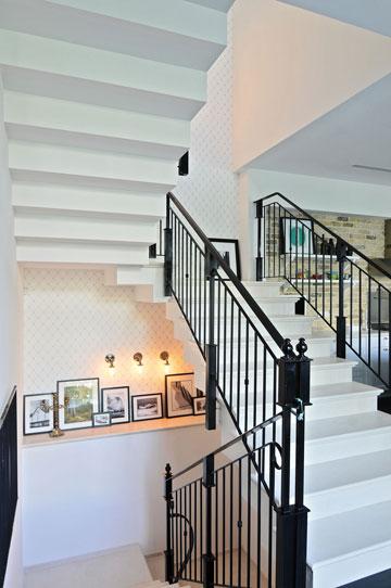 גרם המדרגות חוצה את הבית (צילום: שי אדם)