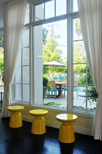 3 שרפרפים צהובים מדגישים את החלון (צילום: שי אדם)
