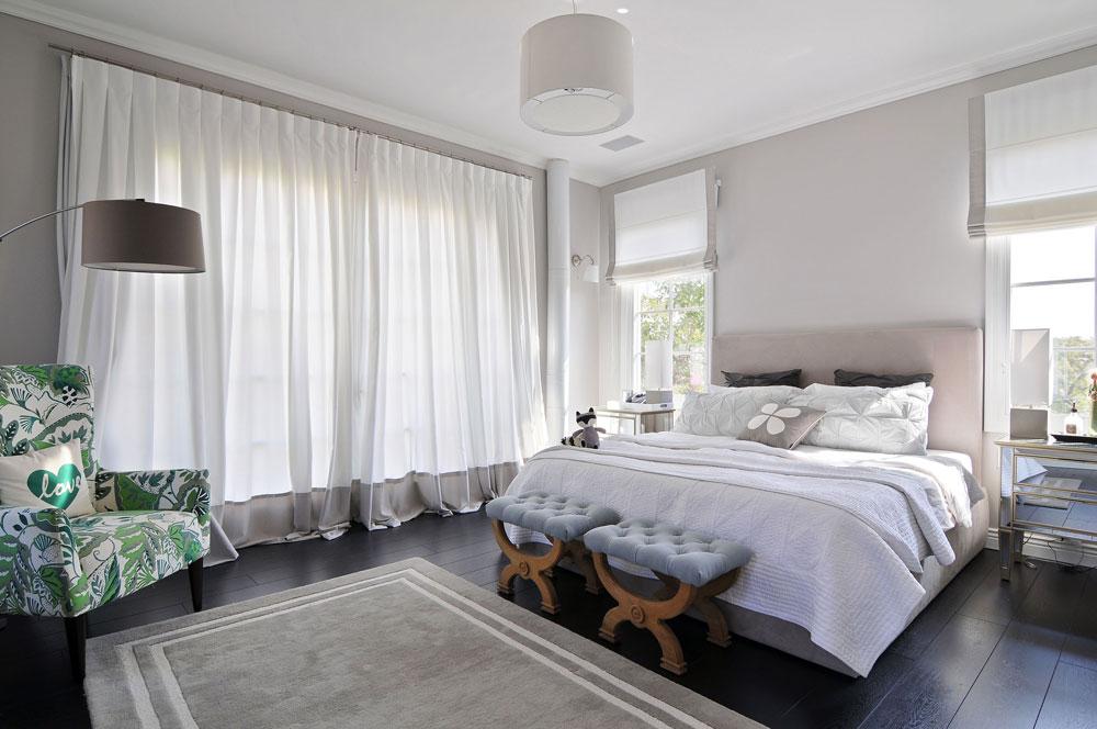 גם קומת חדרי השינה חופתה בפרקט שחור, וביחידת ההורים - למעט הכורסה הירוקה - נבחרו צבעים בהירים ומונוכרומטיים (צילום: שי אדם)