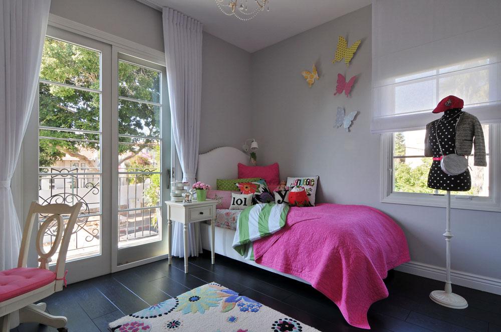 חדרה של הבת נצבע באפור ויוצא למרפסת צרפתית. שלם בחרה חפצי נוי ורודים, רהיטים בסגנון רומנטי ושטיח פרחוני (צילום: שי אדם)
