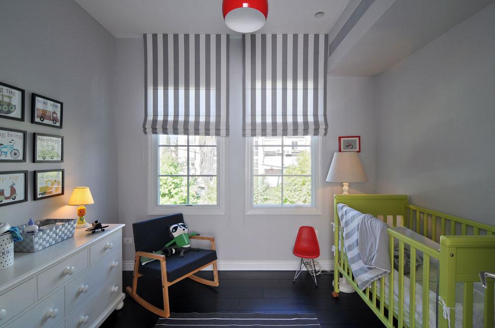 חדרו של התינוק מנוקד בירוק ואדום (צילום: שי אדם)