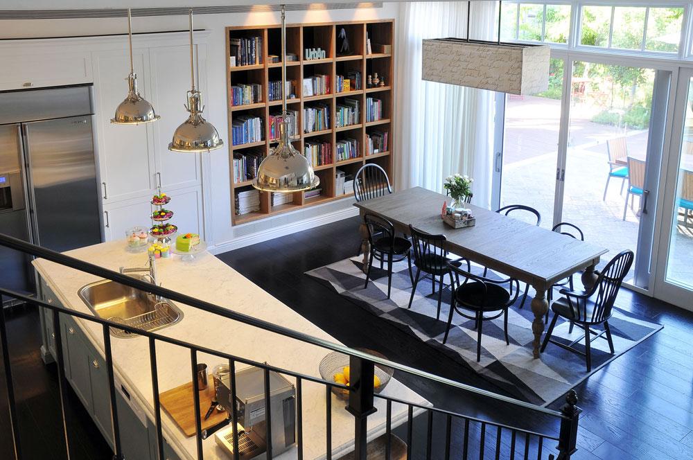 כל הרהיטים, המנורות והכלים הובאו מארצות הברית. הספרייה והמטבח נעשו בארץ, והפריט היחיד הנוסף שנקנה כאן הוא שטיח איקאה בשחור-לבן, שנפרש מתחת לשולחן (צילום: שי אדם)