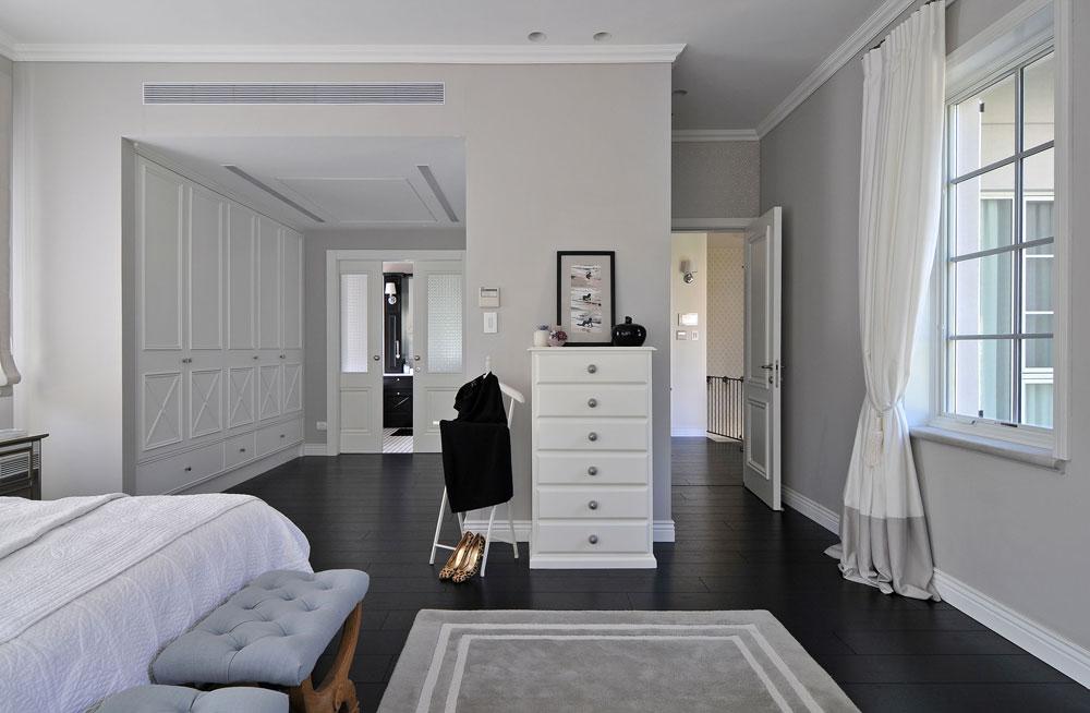 מימין הכניסה ליחידת ההורים. בין המיטה וחדר הרחצה מפריד חדר ארונות גדול ונוח (צילום: שי אדם)