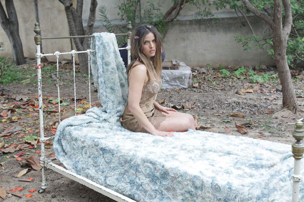 """נועה תשבי על סט הצילומים למיכל נגרין. """"אם זה מי שאני ונשים אחרות יכולות להסתכל ולהגיד 'וואלה, זה בסדר לא להיות מידה אפס', אז סבבה. אבל אני זה פשוט אני. אני לא רואה את עצמי עובדת בלהיות 'רול מודל'"""" (צילום: שוקה כהן)"""