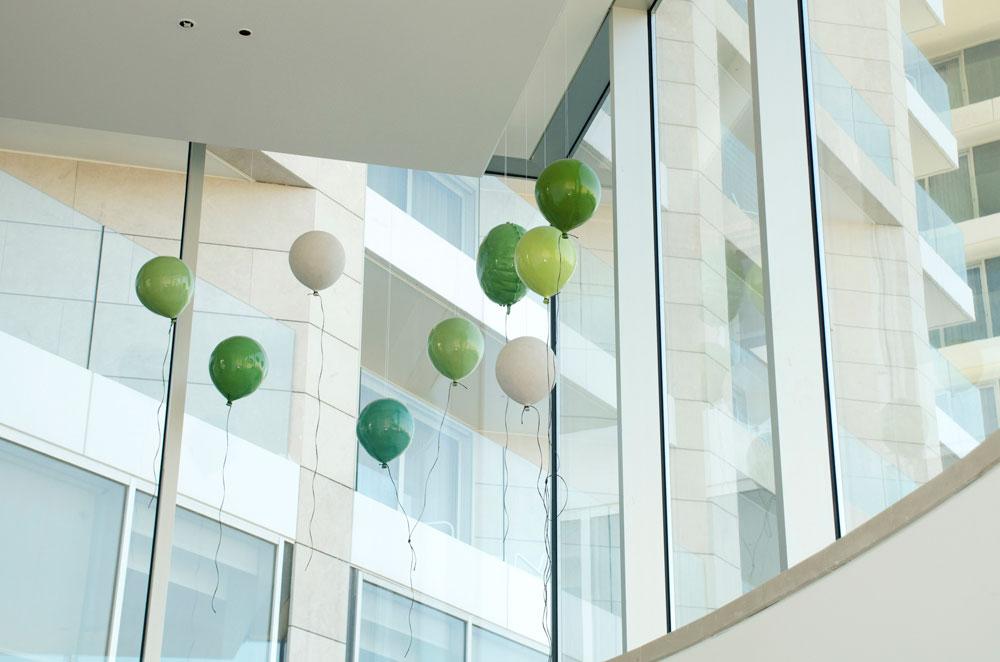 מיצב בלוני הקרמיקה ''After Party'' מוצג בגלריות בעולם, ומקשט גם את הלובי של מלון ריץ קרלטון החדש במרינה בהרצליה (צילום: קרן פרטוק)