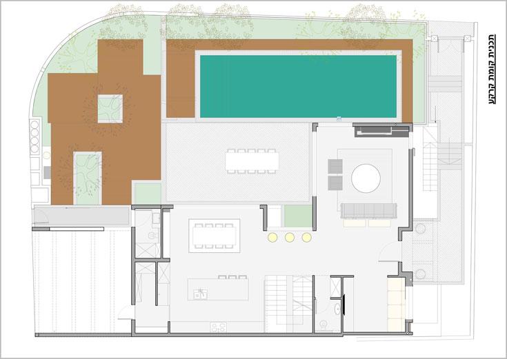 תוכנית קומת הכניסה: דלת הכניסה מימין, הסלון מצדה האחד וחדר המשפחה מצדה השני. גרם המדרגות חוצה את הקומה ומעברו השני מטבח ופינת אוכל. רוב החללים פונים אל הגינה והבריכה (תכנית: שרון ויזר)