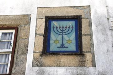 סמלים יהודיים בקירות (צילום: Gloria Ishizaka)