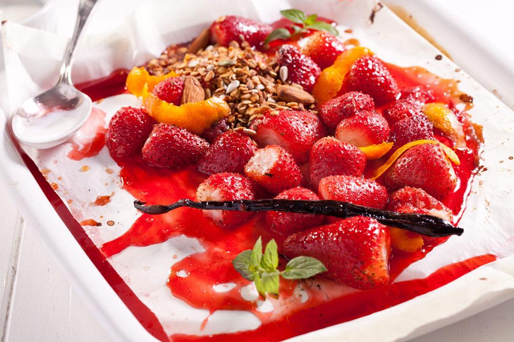 תותים צלויים (צילום: בועז לביא סגנון: עמית דונסקוי)
