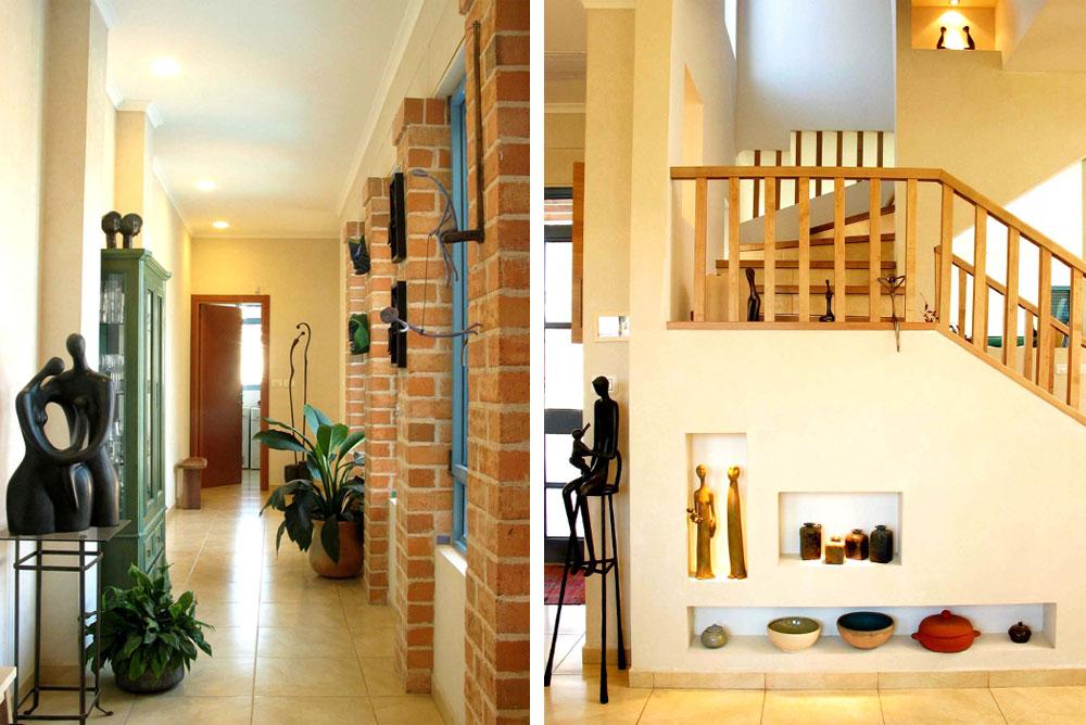 מימין: גרם המדרגות העולה לחדר השינה של בעלי הבית. משמאל: המסדרון הרחב שמוביל לחדרי השינה והרחצה שמשמשים את ארבעת הילדים, כשהם באים לביקור (צילום: מלכה שמיר)