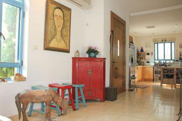 שרפרפי מדיטציה סיניים בכניסה (צילום: מלכה שמיר)