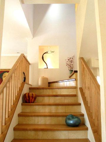 המדרגות העולות לחדר השינה של בני הזוג (צילום: מלכה שמיר)