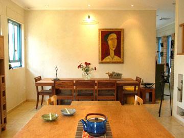 מבט מהמטבח אל שולחן האוכל (צילום: מלכה שמיר)