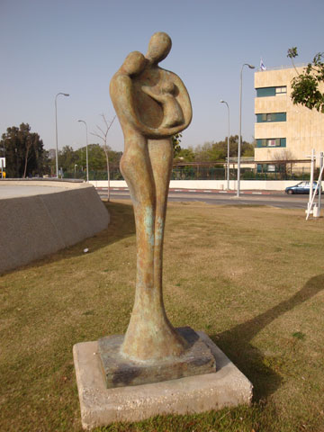 פסל ''המשפחה'' בתל השומר (באדיבות רות בלוך )