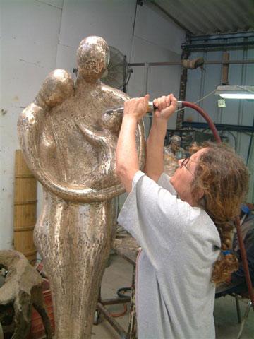 בתהליך העבודה על הפסל (באדיבות רות בלוך )