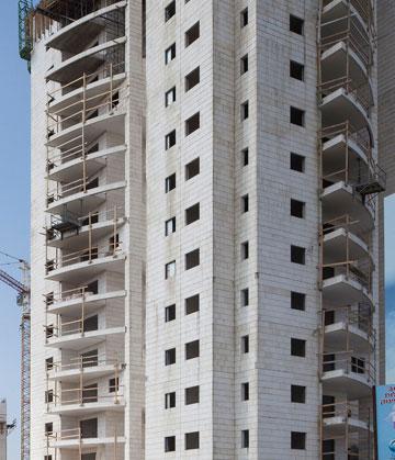 בעשור האחרון, המרפסות קיבלו סגירה קונסטרוקטיבית שחוסמת אותן במאות פרויקטים ברחבי הארץ. בפרויקטים חדשים יותר - מסתדרים בלי החסימה הזו (צילום: אביעד בר נס)