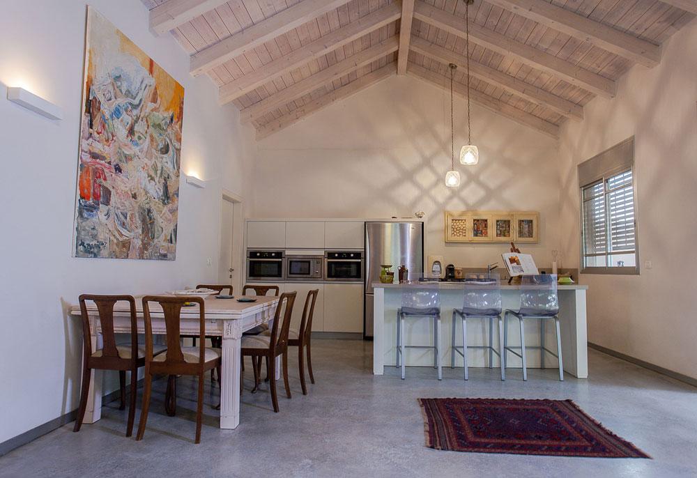 המטבח מעוצב בצבעים בהירים וניטרליים (צילום: אבישי פינקלשטיין)