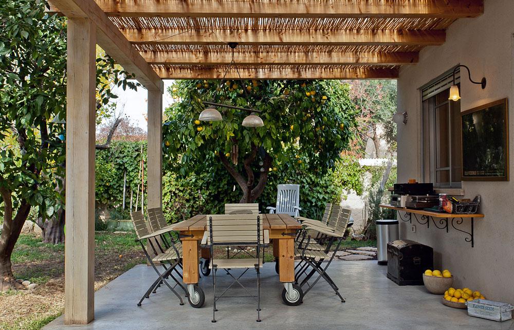 החצר משמשת גם כמקום לאירוח ויש בה שולחן עץ גדול וכיסאות, ספה מפנקת, פטפון ותקליטים ישנים (צילום: אבישי פינקלשטיין)