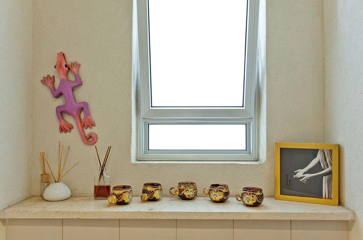 פריטי אומנות גם בשירותי האורחים (צילום: אבישי פינקלשטיין)