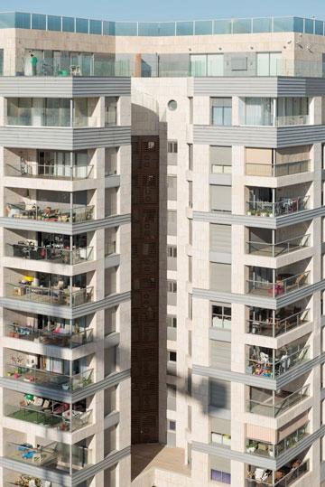 מרפסות 12 מ''ר הן הסטנדרט העכשווי. לא מעט אנשים הופכים אותן למחסן, ומניחים שאף אחד לא רואה (צילום: אילן נחום)