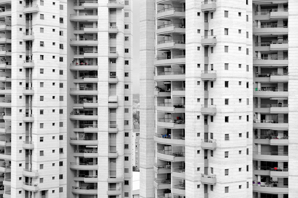 התמונה הזו צולמה במרום נווה ברמת גן, אך אפשר למצוא כאלה במאות ואלפי בניינים בישראל. האם הרפורמה עומדת לגרום לסגירתן של המרפסות בהמוניהן, ואיך זה ייראה? (צילום: אילן נחום)