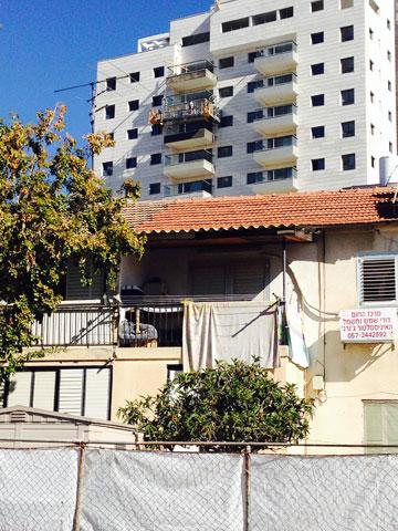 קרית אונו: בתים ישנים שסגרו מרפסות, על רקע בניינים חדשים עם מרפסות גדולות. יישארו פתוחות? (צילום: איתי כ''ץ)