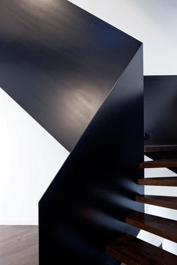 ברזל שחור גם בגרם המדרגות (צילום: עמית גרון)