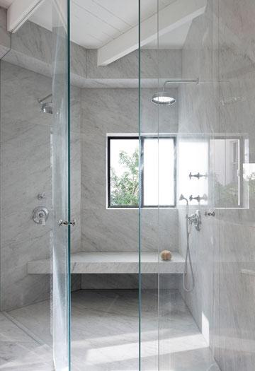 מקלחון משולש ומחופה שיש להורים (צילום: עמית גרון)