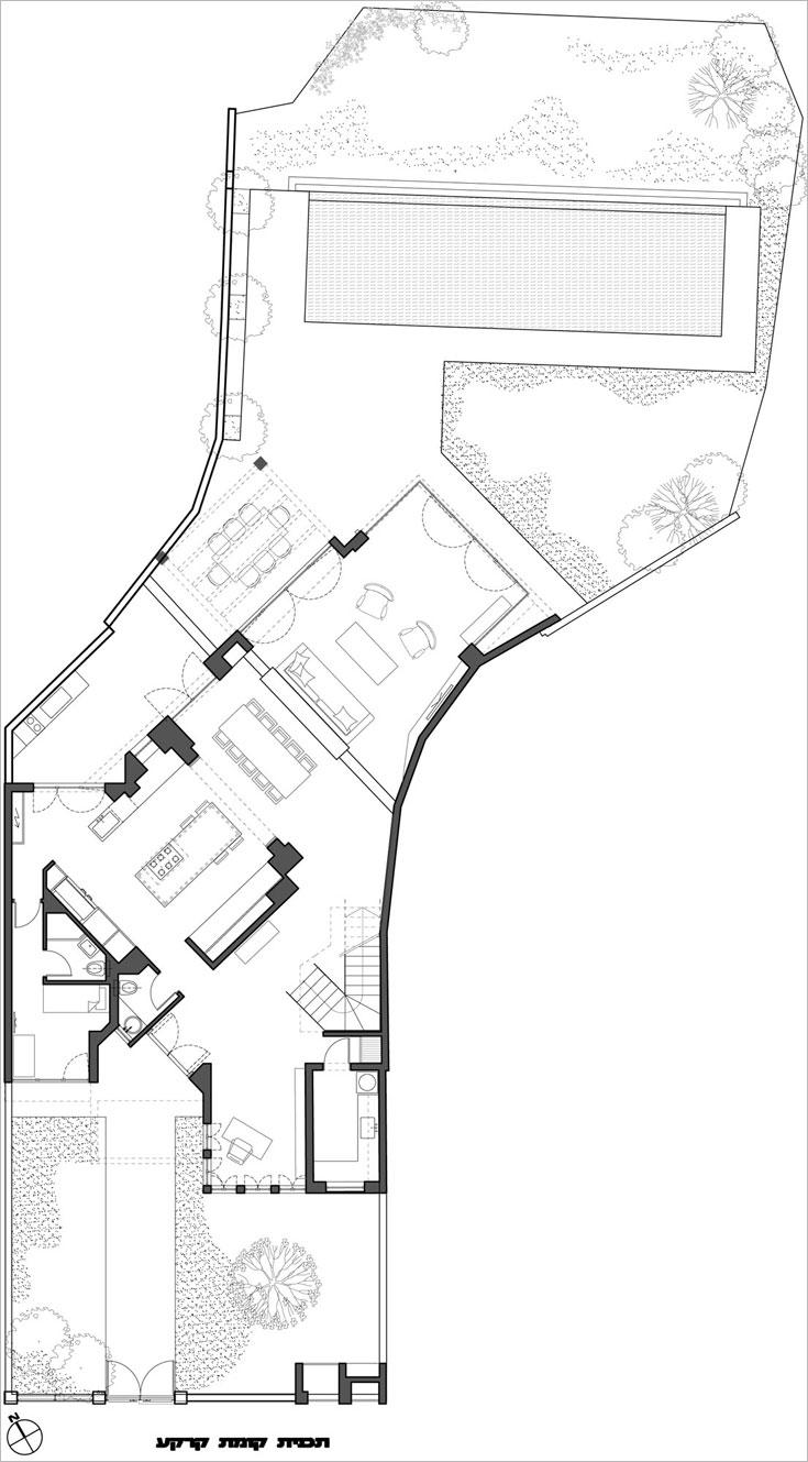 תוכנית קומת הכניסה והגינה: מימין לדלת הכניסה חדר עבודה, משמאל מטבח, פינת אוכל וסלון שפונה אל הגינה והבריכה (צילום: עמית גרון)