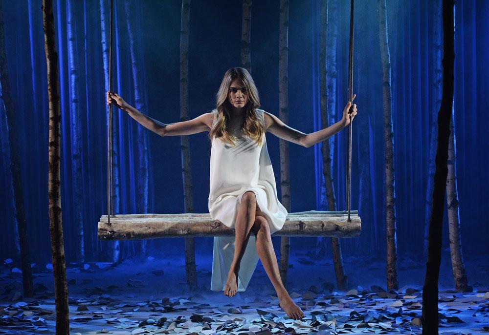 ה-דוגמנית של שבוע האופנה בלונדון. קארה דלווין בפרזנטציה של מלברי (צילום: gettyimages)