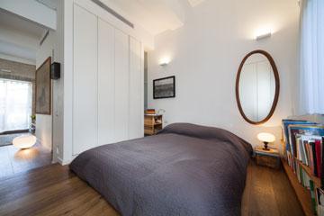 חדר השינה נטול דלת (אבל יש וילון) (צילום: טל ניסים)