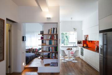 מטבח וחדר שינה מקבילים (צילום: טל ניסים)