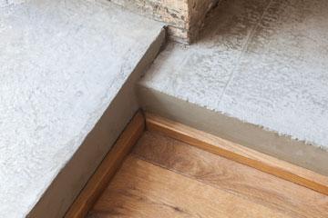 הבדלי מפלסים וחומרים מסמנים מעבר מחלק אחד של הדירה לאחר (צילום: טל ניסים)