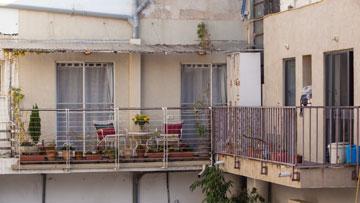 ואחרי: ארונות אוויר שפורקו אפשרו לפתוח דלתות יציאה למרפסת (צילום: טל ניסים)
