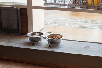 ארון השירות במרפסת כולל את ארגז החול של החתולה נעמה, עם דלת מעבר פנימה (צילום: טל ניסים)