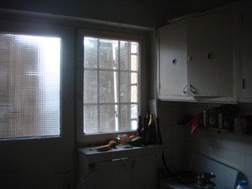 ''לפני'': ארון אוויר שפורק איפשר להפוך את הפתח לדלת יציאה למרפסת (באדיבות אדריכל עמיחי שרון)
