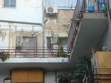 המרפסת, לפני: חלונות קטנים מחדר הרחצה והמטבח פנו אליה (באדיבות אדריכל עמיחי שרון)