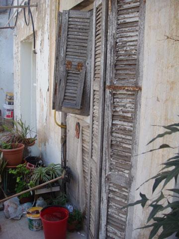 ''לפני'': תריסי העץ הישנים הפכו לארון שירות במרפסת (באדיבות אדריכל עמיחי שרון)