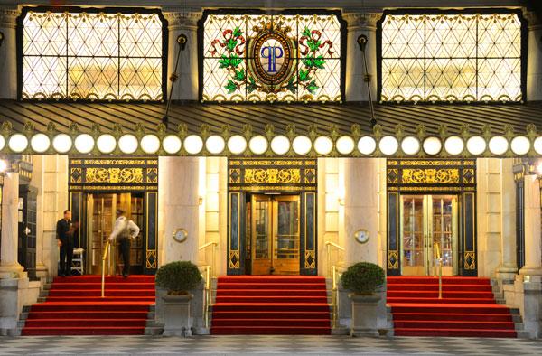 """הסלט עלה כמו חצי משכורת. הכניסה למלון """"פלאזה"""" בניו יורק (צילום: Sean Pavone/shutterstock)"""