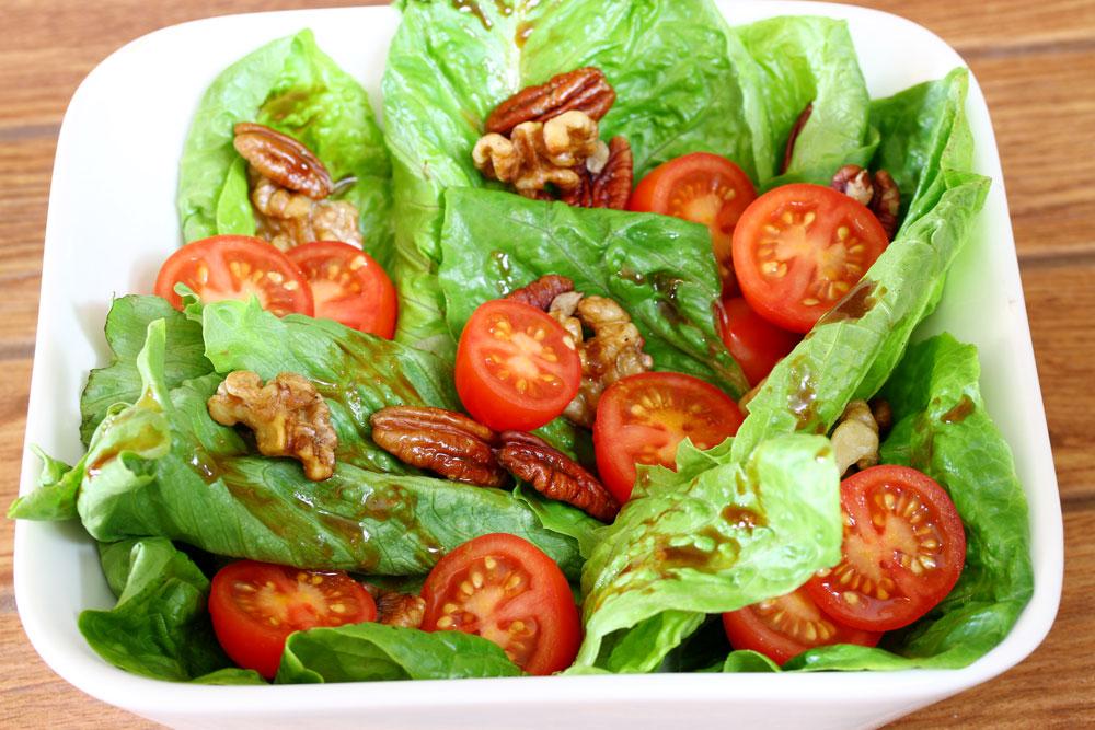 סלט חסה ועגבניות שרי עם אגוזים (צילום: אסנת לסטר)