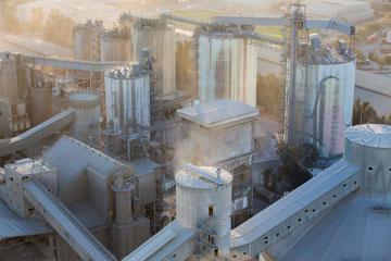 המפעל ממרומי הארובות (צילום: דור נבו)