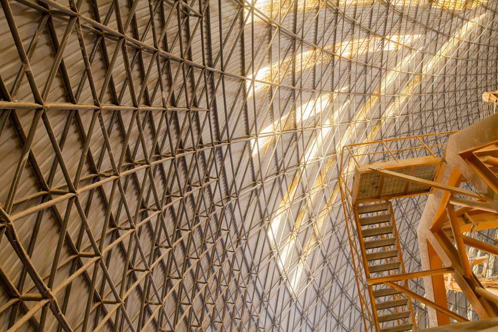 שני האולמות הענקיים, שקוטרם 100 מטרים כל אחד, מחופים בכיפות ענק - האחת מבטון, והשנייה מפח ומפלדה (התברר שדווקא הבטון לא עמד במשימה) (צילום: דור נבו)