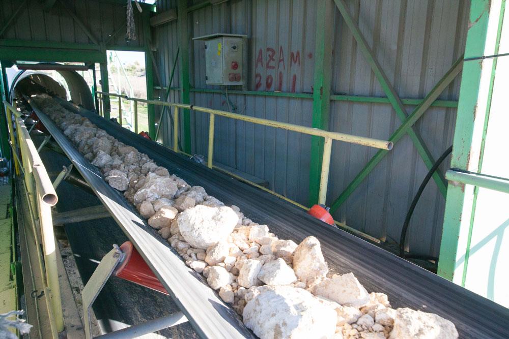 האבנים מועברות מהמחצבה במסוע, מרחק של 3 קילומטרים, לפני שייערמו וייגרפו. ''נשר'' פועלת כבר 61 שנה, בתחילה בנשר שבצפון (שקרויה על שמה) ואחר כך כאן (צילום: דור נבו)