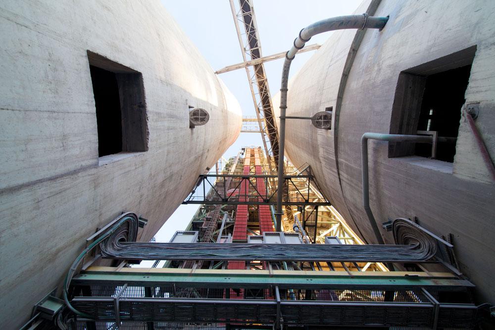 ארובות הכבשנים במבט מלמטה. 120 מטרים גובהן, 1500 מעלות צלסיוס הטמפרטורה בהן (צילום: דור נבו)