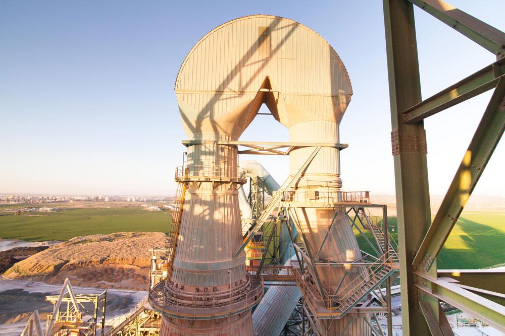 מבט ממרומי המפעל על הכבשנים. עובדים גם ביום כיפור, ומושבתים רק כשצריך להחליף את רכיביהם הלוהטים (צילום: דור נבו)