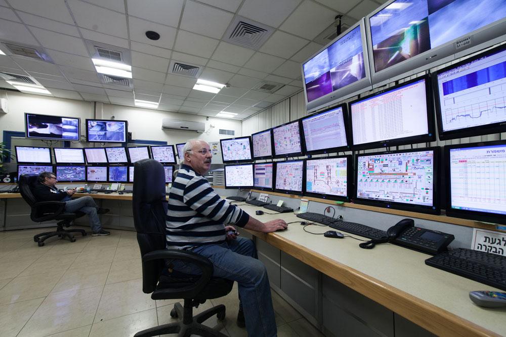 בחדר הבקרה מפקחים על התהליך. 270 עובדים במפעל, מחציתם תושבי רמלה (צילום: דור נבו)