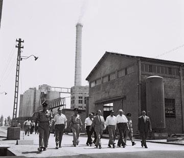 ראש ממשלת בורמה מבקר במפעל. 1959 (צילום: משה פרידן, לע''מ)